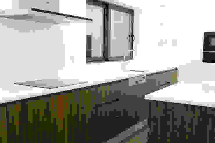 Modern style kitchen by Grupo HC Modern