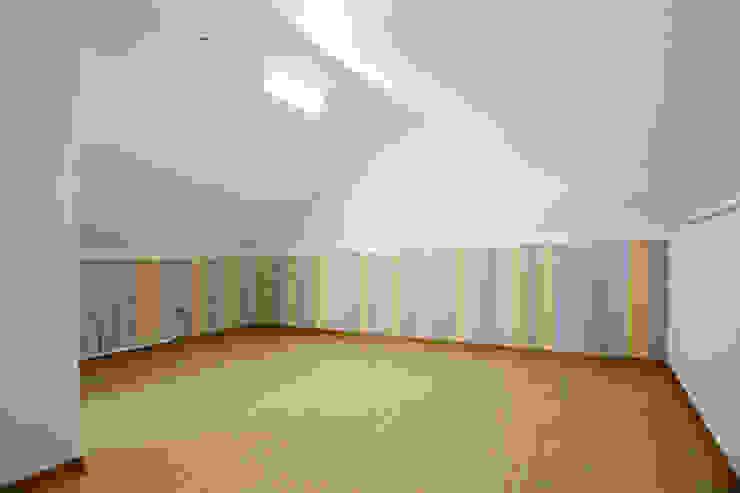 Salle multimédia moderne par 한글주택(주) Moderne