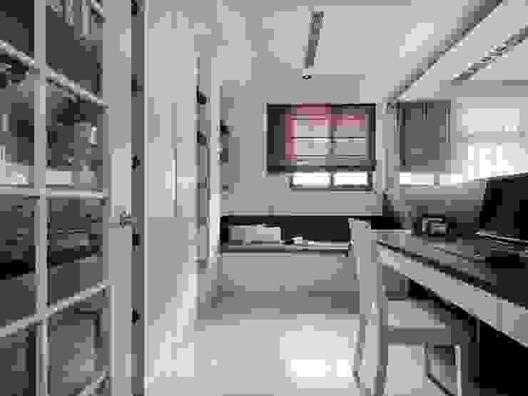 Espaços de trabalho clássicos por 築一國際室內裝修有限公司 Clássico