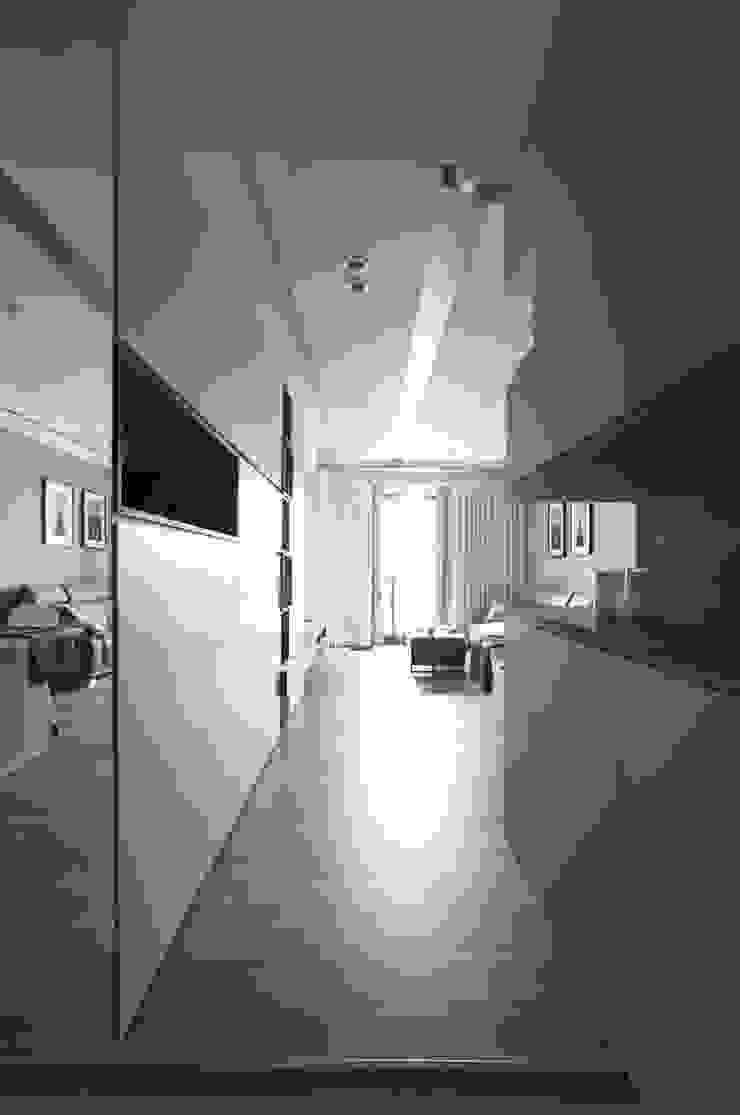 ห้องโถงทางเดินและบันไดสมัยใหม่ โดย 築一國際室內裝修有限公司 โมเดิร์น