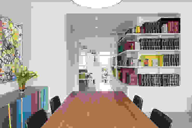 Salas modernas de Archifacturing Moderno Madera Acabado en madera