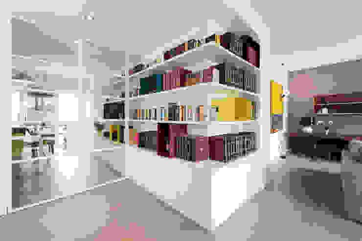 现代客厅設計點子、靈感 & 圖片 根據 Archifacturing 現代風 MDF