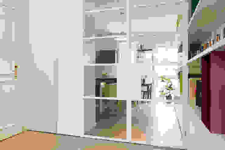 Pasillos, vestíbulos y escaleras de estilo moderno de Archifacturing Moderno Hierro/Acero