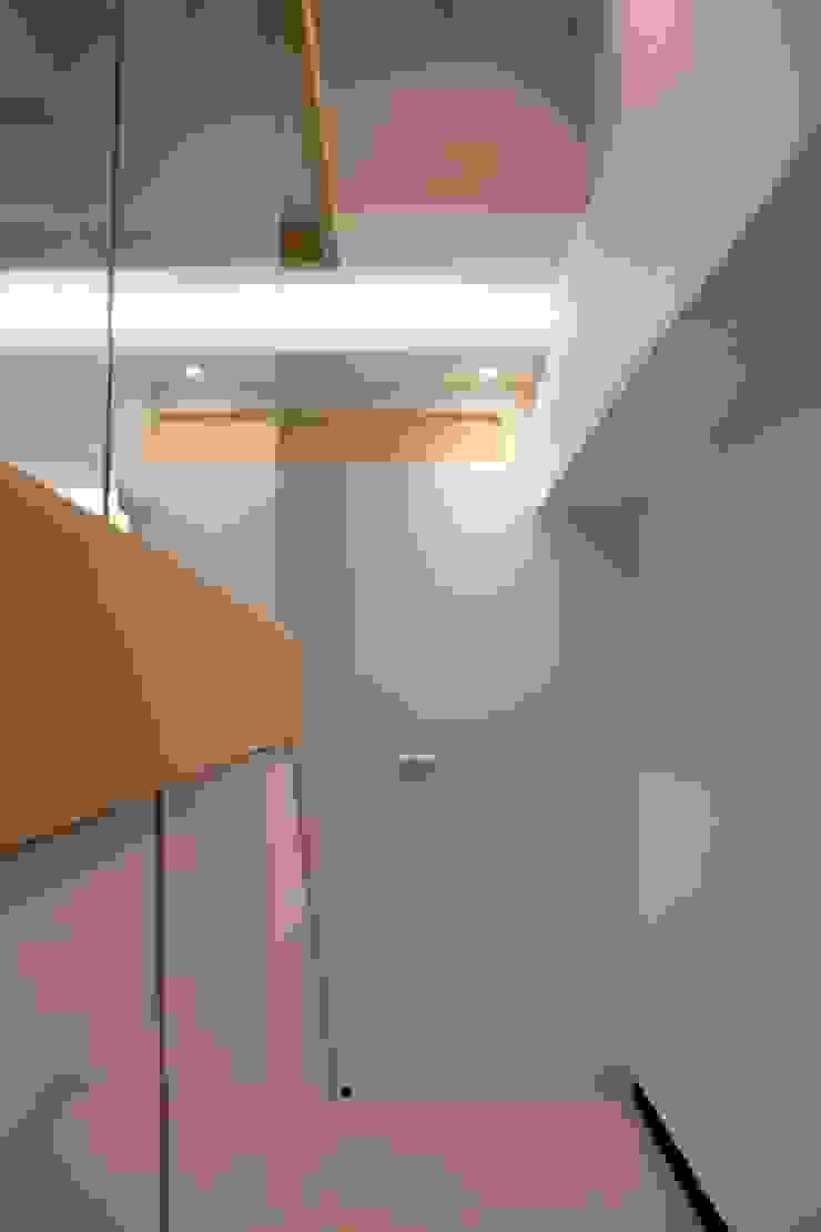 Curvature 現代風玄關、走廊與階梯 根據 築一國際室內裝修有限公司 現代風