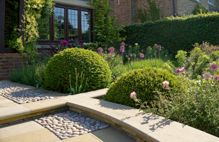 Arts and Crafts Inspired Front Garden من Elks-Smith Landscape and Garden Design بلدي