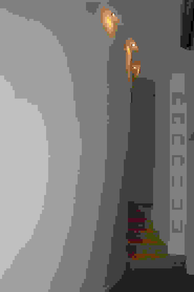 Pasillos, vestíbulos y escaleras modernos de Pecoramelloarchitetti Moderno