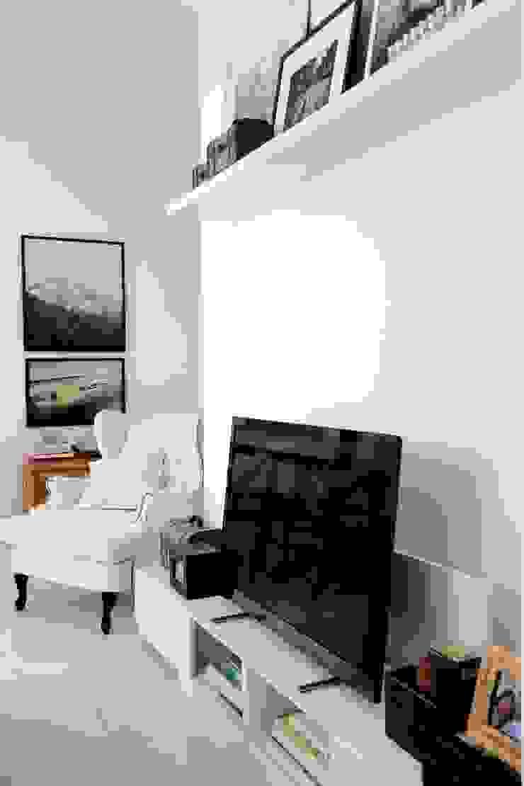 Amanda Carvalho - arquitetura e interiores Living roomTV stands & cabinets