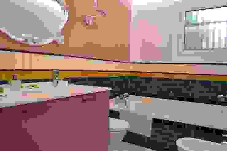 Upper Design by Fernandez Architecture Firm Modern style bathrooms