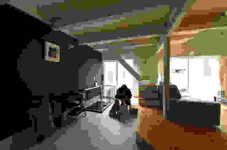 Pasillos, vestíbulos y escaleras de estilo ecléctico de 加藤淳一級建築士事務所 Ecléctico