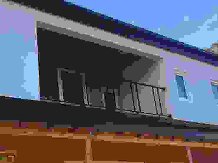 2층 발코니에서도 삼나무 각재와 루바의 조화가 멋집니다. by 창조하우징