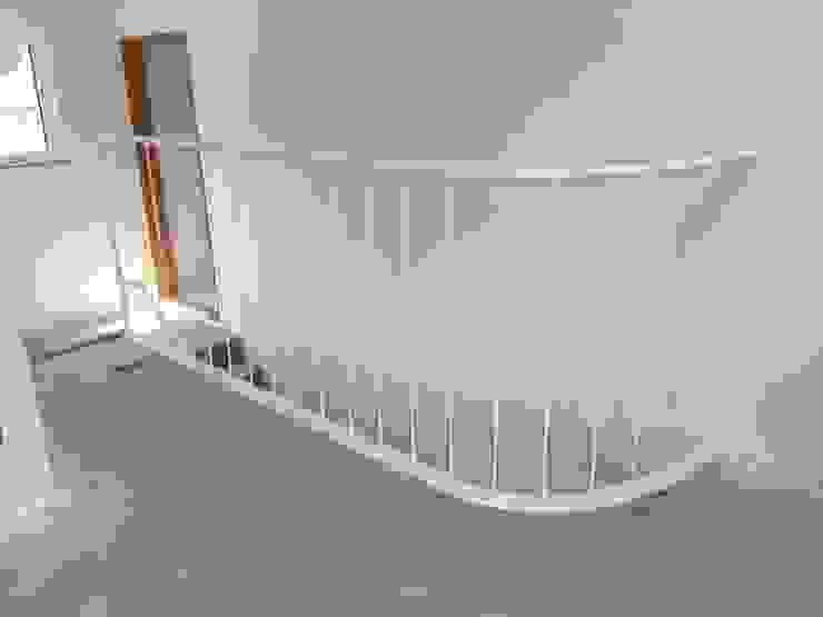 2층 난간 입니다. 라운드형으로 깔끔한 휜색으로 작업했습니다. by 창조하우징