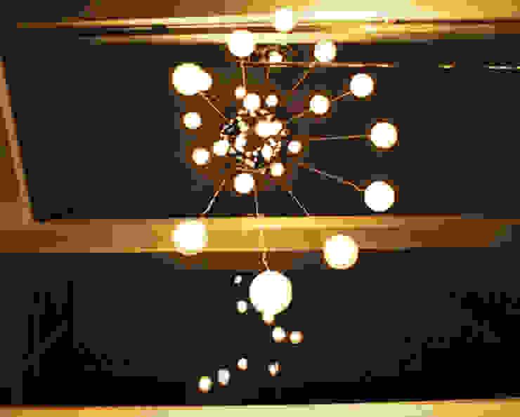 Lámpara en Vila SS Whitefield | Bangalore | India Pasillos, vestíbulos y escaleras de estilo moderno de Studioapart Interior & Product design Barcelona Moderno