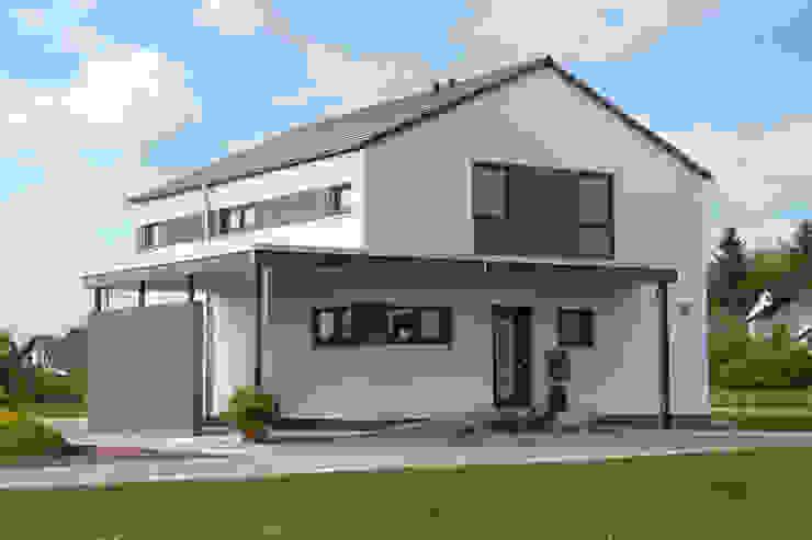 MEDLEY 3.0 - Weiße Putzfassade mit farbigen Putzstreifen von FingerHaus GmbH - Bauunternehmen in Frankenberg (Eder) Modern