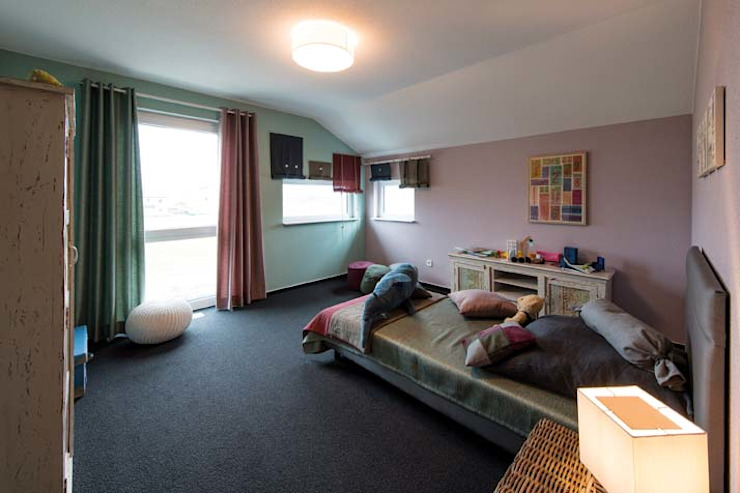 Dormitorios infantiles de estilo  de FingerHaus GmbH - Bauunternehmen in Frankenberg (Eder), Moderno