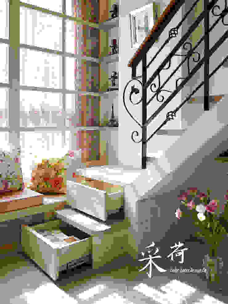 美式鄉村風-小坪數夾層屋 乡村风格的走廊,走廊和楼梯 根據 采荷設計(Color-Lotus Design) 鄉村風 實木 Multicolored