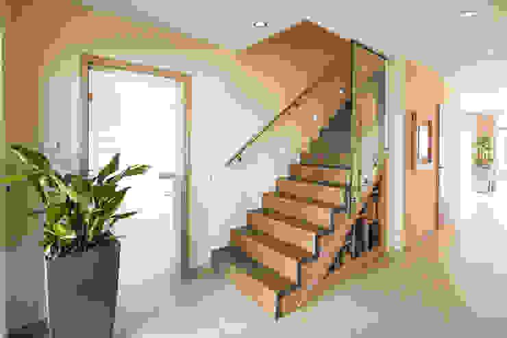 NEO - Moderne Treppe FingerHaus GmbH - Bauunternehmen in Frankenberg (Eder) Moderner Flur, Diele & Treppenhaus