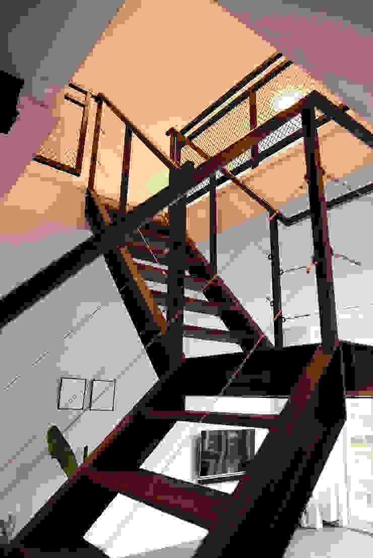 Verbouwing woning en ontwerp nieuwe stalen trap Industriële gangen, hallen & trappenhuizen van NOV'82 Architecten Industrieel