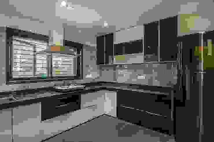 Residential-Chintubhai: modern  by J9 Associates,Modern Plastic