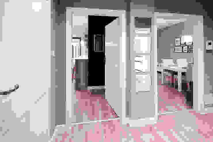 Scandinavian style corridor, hallway& stairs by IDAFO projektowanie wnętrz i wykończenie Scandinavian
