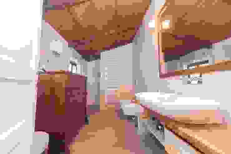 Salle de bain rustique par Cambio Stanza di mara bernardi Rustique