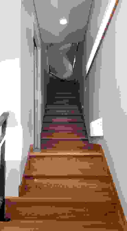 차가워 보일수 있는 실내에 애쉬 계단재로 따듯한 나무의 질감을 살렸습니다^^ by 창조하우징