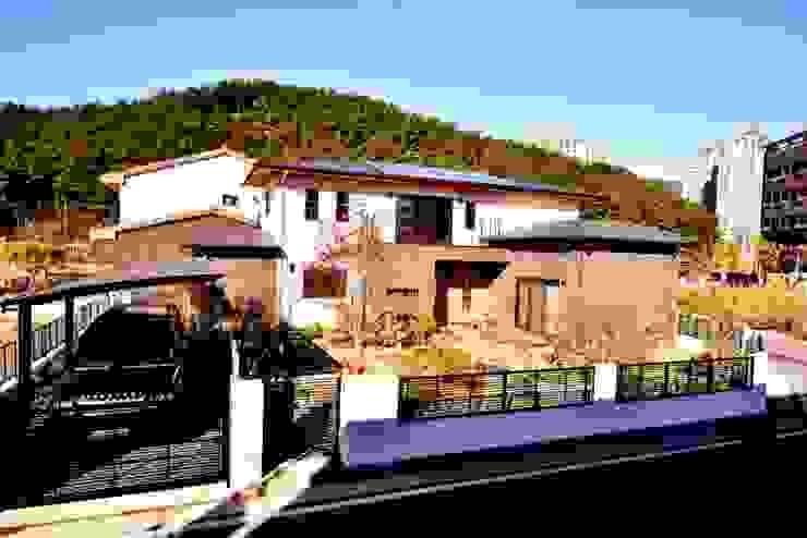 꽃과 나무, 중목구조의 미를 살린 모던한 주택 - 중목구조 전문브랜드 창조하우징 by 창조하우징