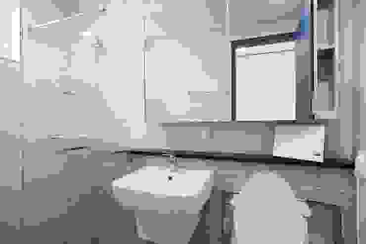 자연과 벗하며 사는 전원주택 모던스타일 욕실 by 한글주택(주) 모던