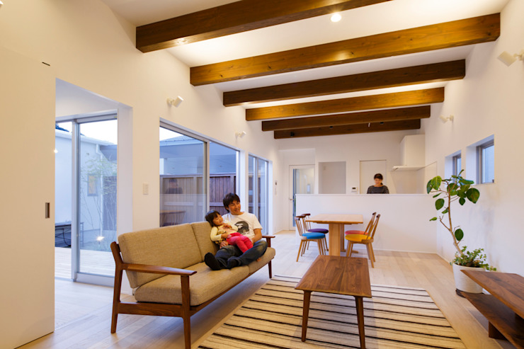 勝浦のフラットコートハウス モダンデザインの リビング の 一級建築士事務所シンクスタジオ モダン