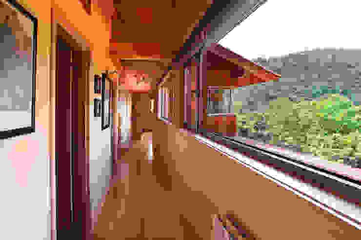 Pasillos, vestíbulos y escaleras de estilo rústico de Rusticasa Rústico Madera Acabado en madera