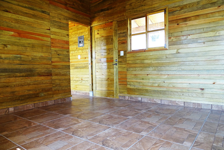 Livings de estilo clásico de Casas y cabañas de Madera -GRUPO CONSTRUCTOR RIO DORADO (MRD-TADPYC) Clásico