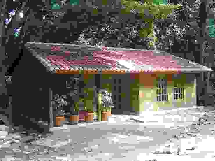 Casas y cabañas de Madera -GRUPO CONSTRUCTOR RIO DORADO (MRD-TADPYC) Classic style study/office
