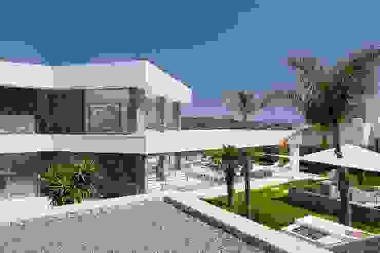 Parte trastera con acabado de marmol negro en la fachada. Casas de estilo moderno de Miralbo Urbana S.L. Moderno Mármol