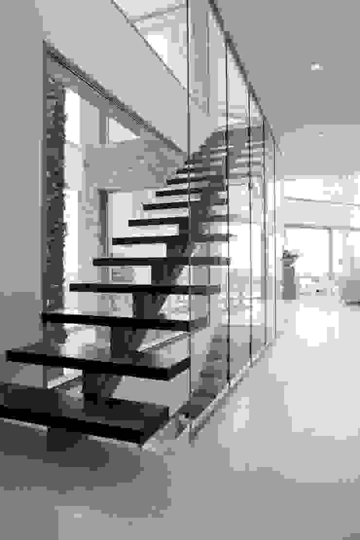 Escalera de metal con terminacion a microcemento Pasillos, vestíbulos y escaleras de estilo moderno de Miralbo Urbana S.L. Moderno