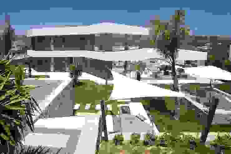 Vista trastera de la villa Casas de estilo moderno de Miralbo Urbana S.L. Moderno