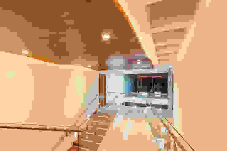 Projekty,  Korytarz, przedpokój zaprojektowane przez SANTIAGO PARDO ARQUITECTO,