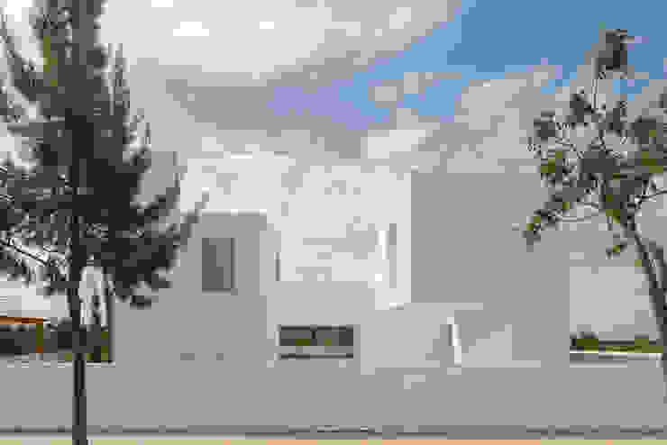 Entre dois Muros Brancos Casas modernas por Corpo Atelier Moderno