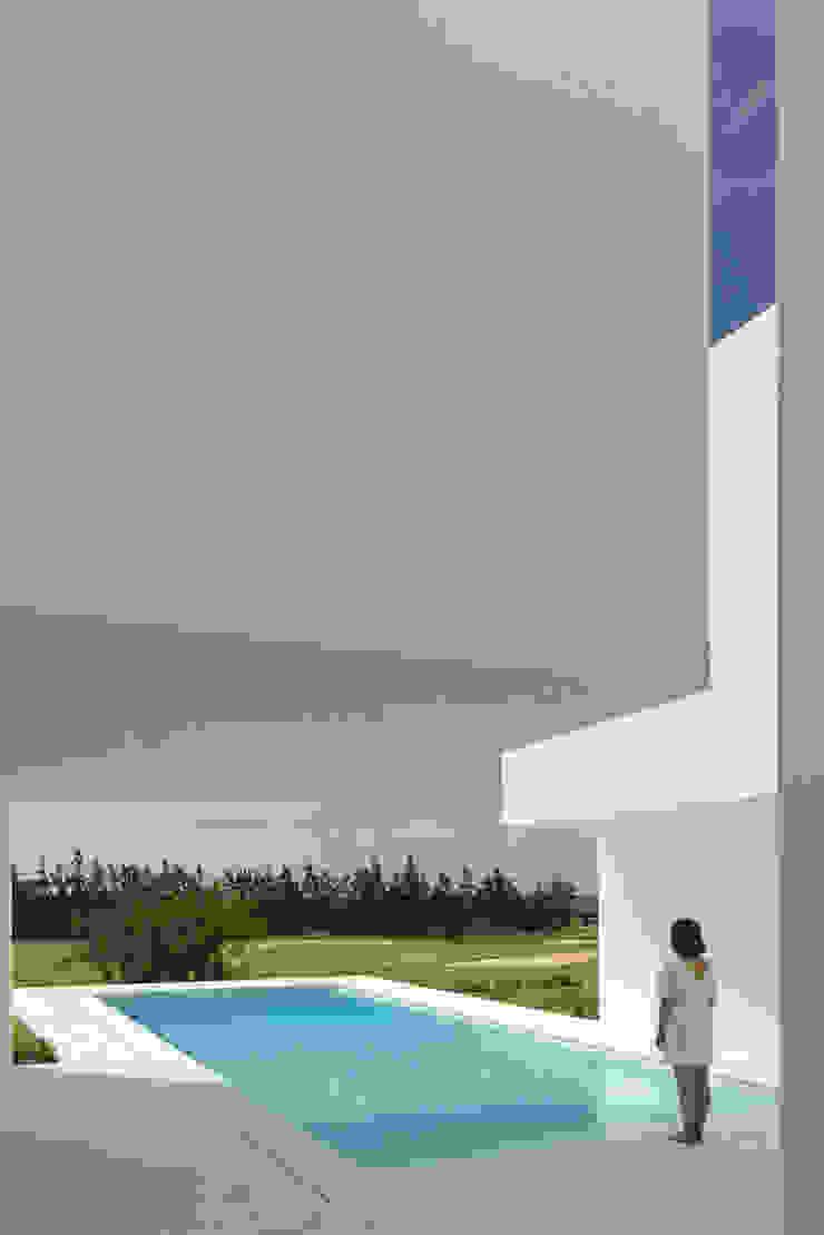 Entre dois Muros Brancos Piscinas modernas por Corpo Atelier Moderno