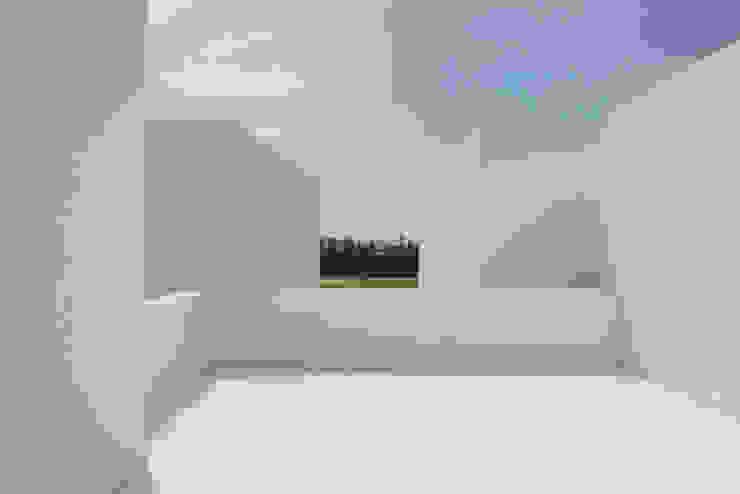 Entre dois Muros Brancos Varandas, marquises e terraços modernos por Corpo Atelier Moderno