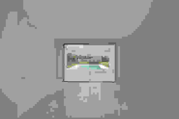Entre dois Muros Brancos Salas de jantar modernas por Corpo Atelier Moderno