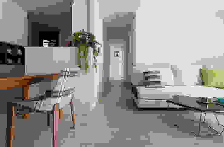 新色鐵道 Railway 斯堪的納維亞風格的走廊,走廊和樓梯 根據 耀昀創意設計有限公司/Alfonso Ideas 北歐風