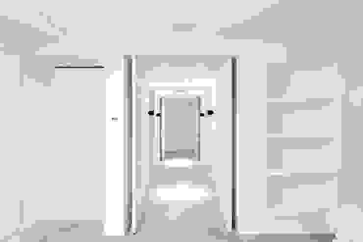 PENTHOUSE AMSTERDAM Minimalistische gangen, hallen & trappenhuizen van J.PHINE Minimalistisch