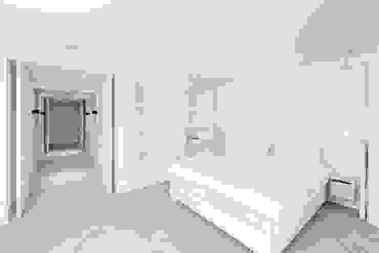 PENTHOUSE AMSTERDAM Minimalistische slaapkamers van J.PHINE Minimalistisch