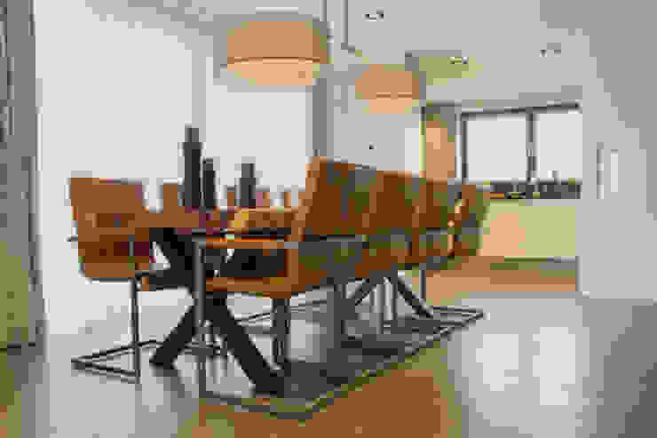 Cementgebonden gietvloer in moderne woning Moderne eetkamers van Motion Gietvloeren Modern