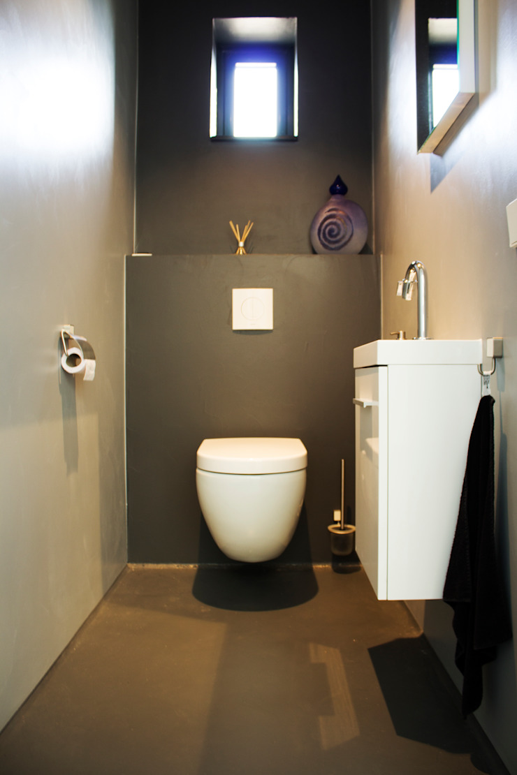 Cementgebonden gietvloer in moderne woning Moderne badkamers van Motion Gietvloeren Modern