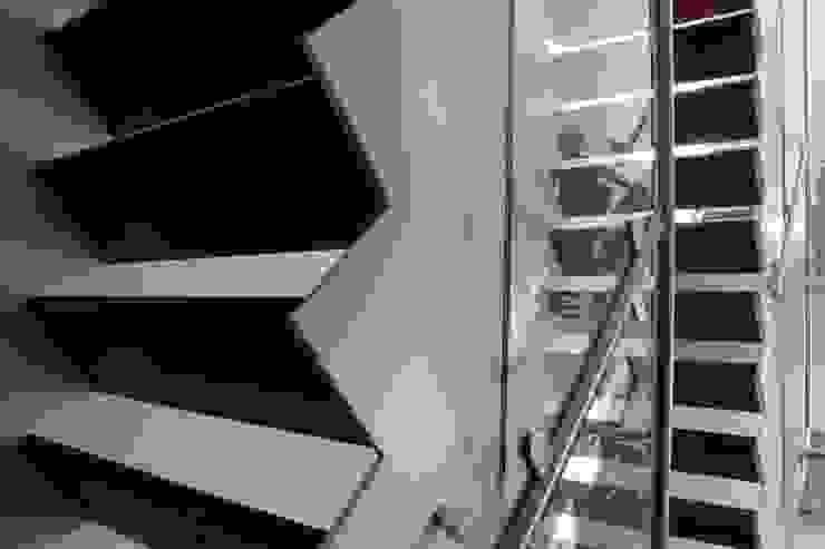 Cementgebonden gietvloer in moderne woning Moderne gangen, hallen & trappenhuizen van Motion Gietvloeren Modern