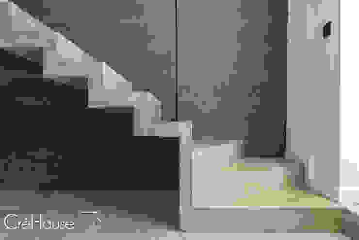 現代風玄關、走廊與階梯 根據 Agence CréHouse 現代風