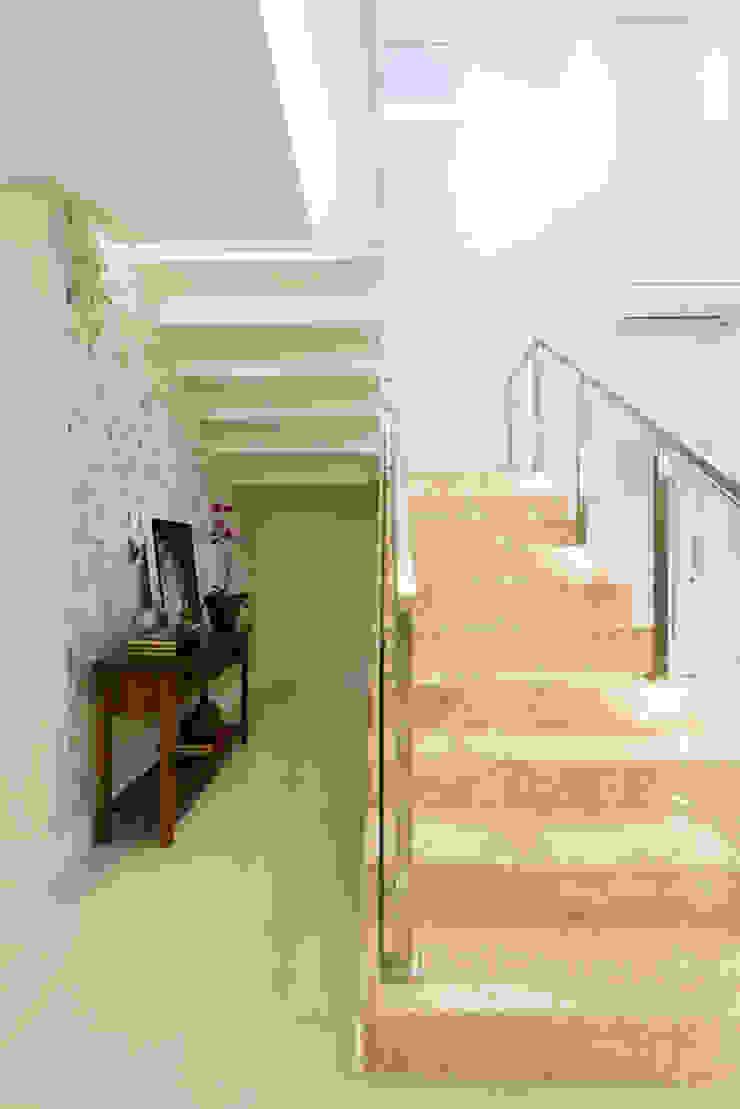 Modern corridor, hallway & stairs by Join Arquitetura e Interiores Modern