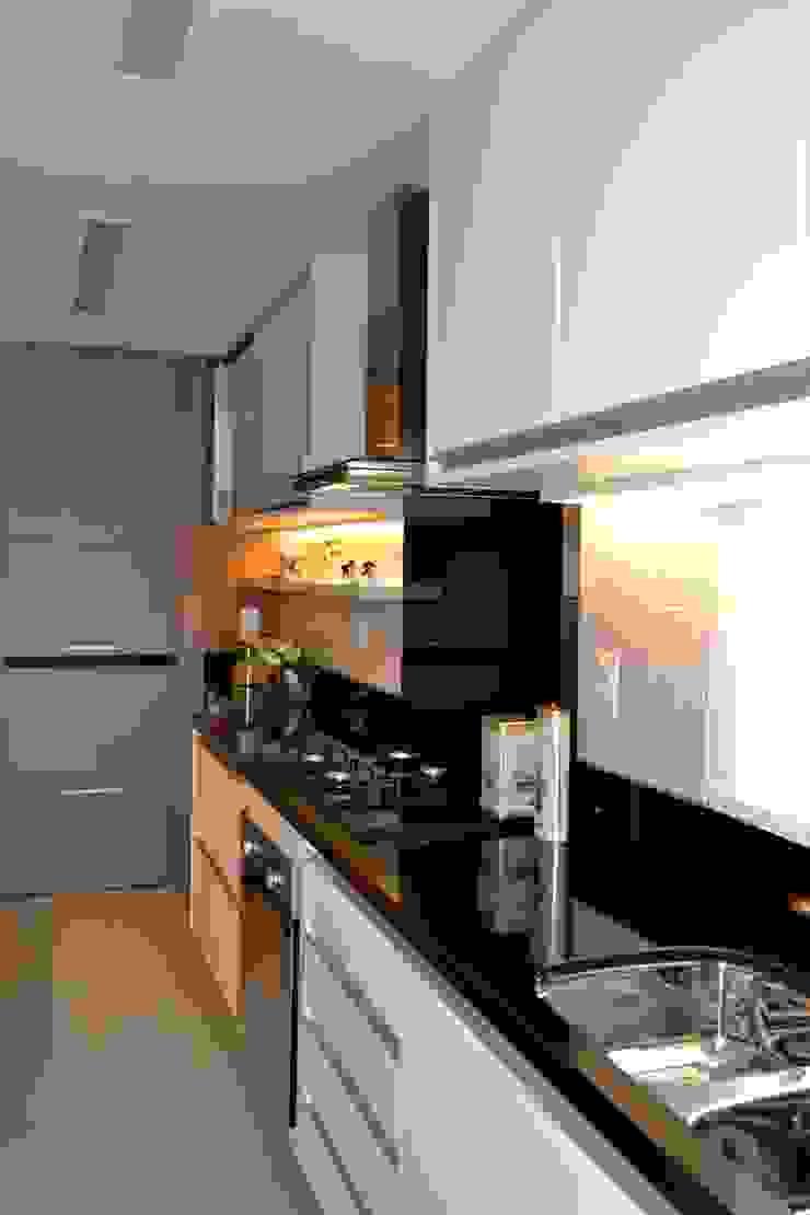 現代廚房設計點子、靈感&圖片 根據 Join Arquitetura e Interiores 現代風