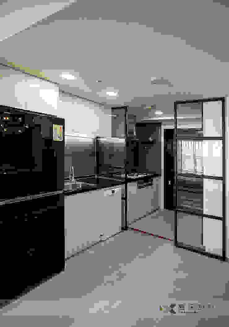 富立DC休閒會館 現代廚房設計點子、靈感&圖片 根據 寬森空間設計 現代風 金屬