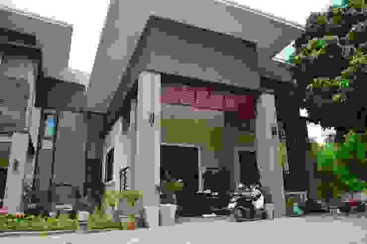 บ้านชั้นครึ่ง สไตล์โมเดิร์น โดย Add-con Architect โมเดิร์น